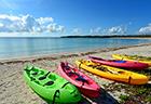 屋那覇島の美しい珊瑚の海と夏空
