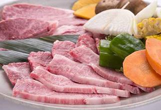 霜降り肉と焼き野菜の盛り合わせ横位置-1